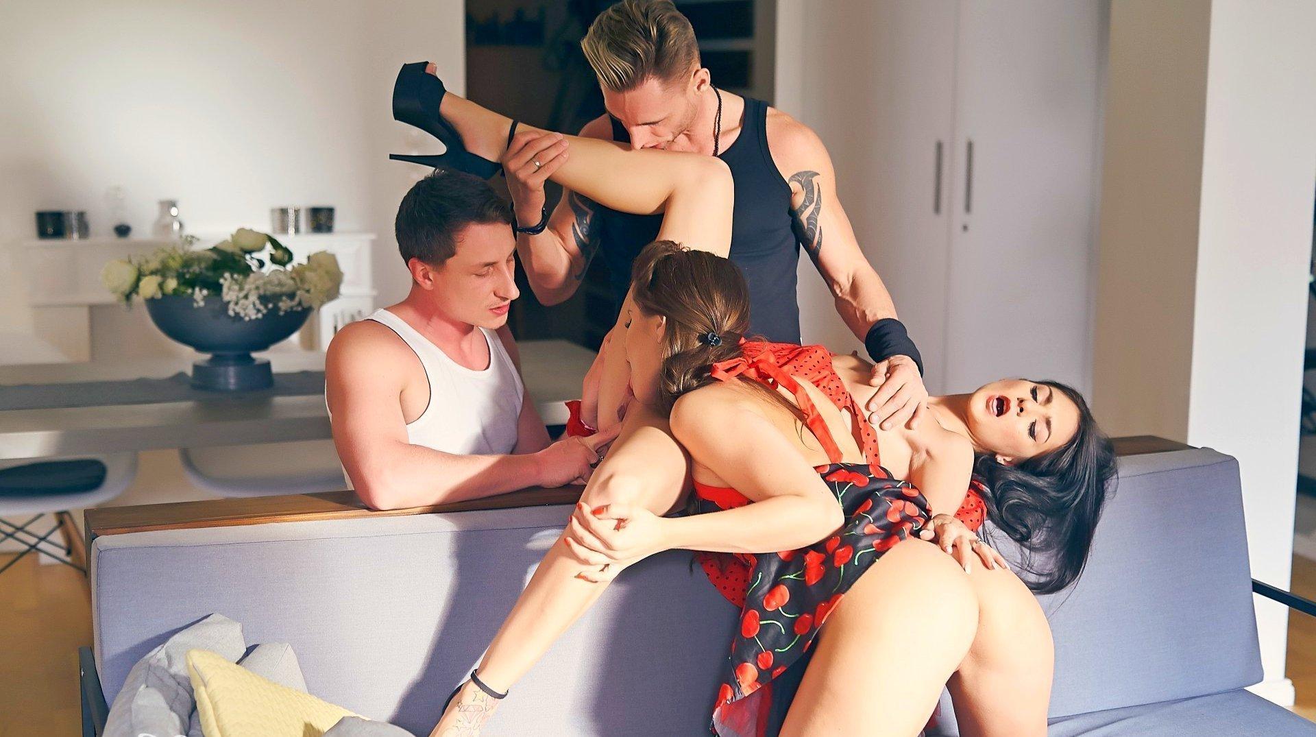 dve-krasavitsi-pomenyalis-parnyami-porno-smotret-samie-bolshie-chleni-polovie-porno-i-kak-realno-konchayut-telki